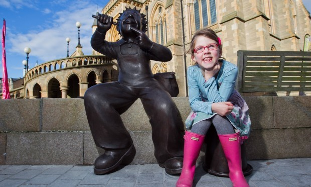 Scarlett Gilchrist-Adams (7) from Edinburgh, with the new Oor Wullie statue (Andrew Cawley / DC Thomson)