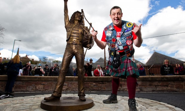Bonfest organiser John Crawford poses with the statue (Andrew Cawley / DC Thomson)