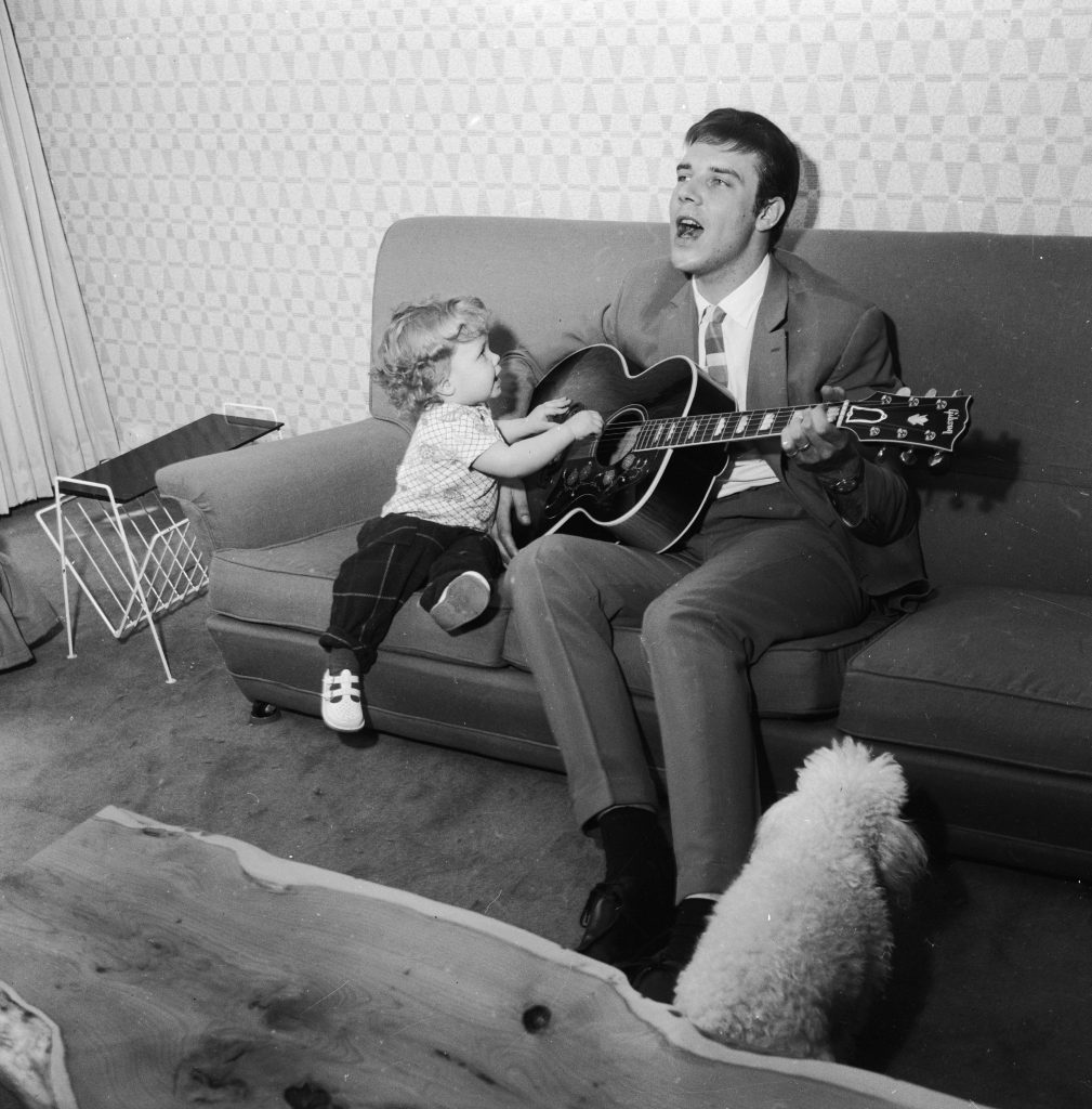 Marty sings for daughter Kim, 1962 (Chris Ware/Keystone Features/Getty Images)