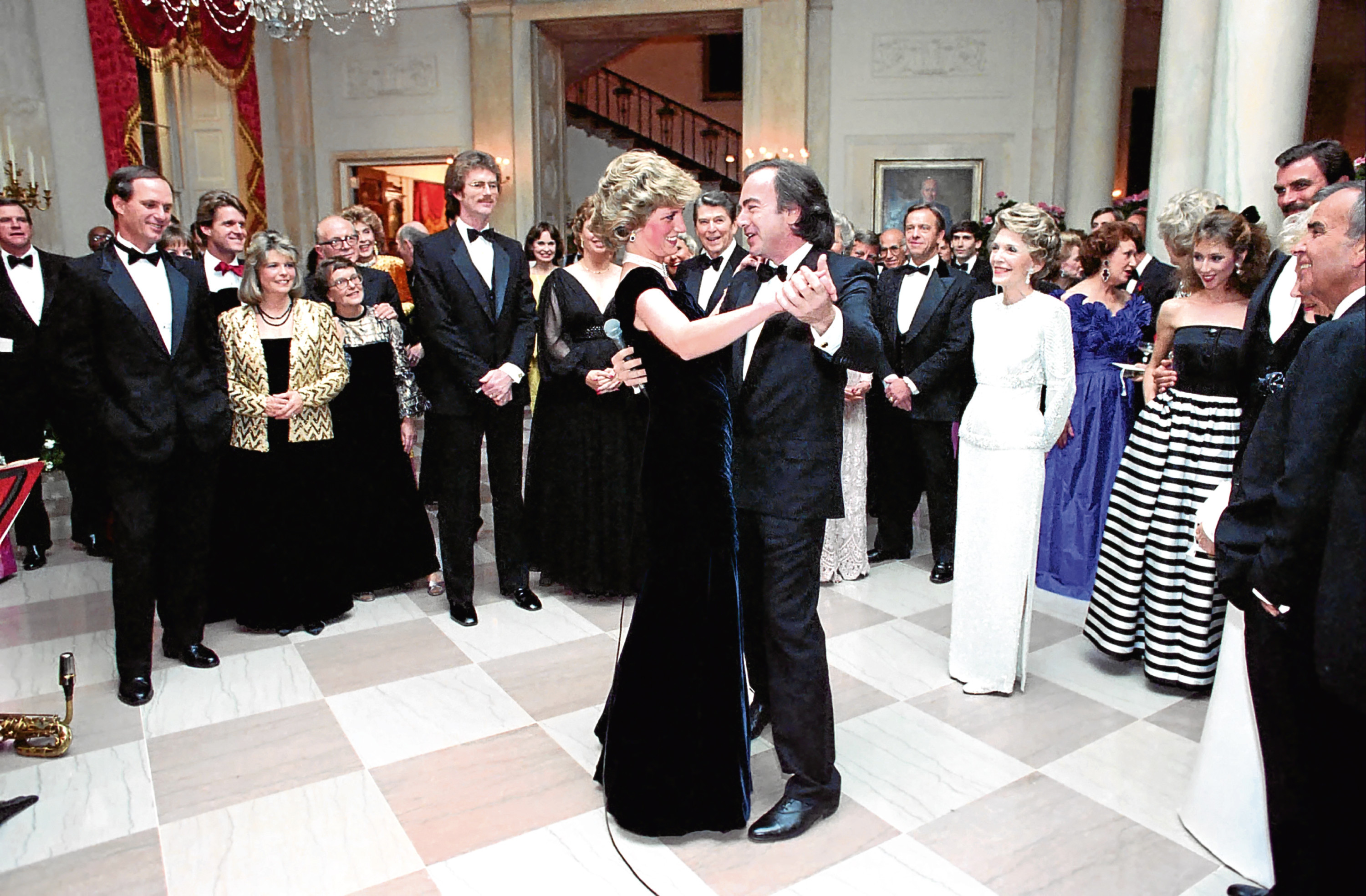 Diana, Princess of Wales dances with singer Neil Diamond during a White House Gala Dinner November 9, 1985 in Washington, DC (Alamy)