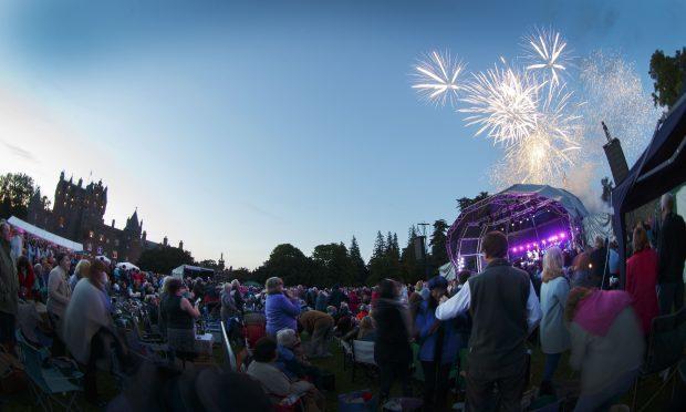 Crowd-Fireworks Glamis (1)