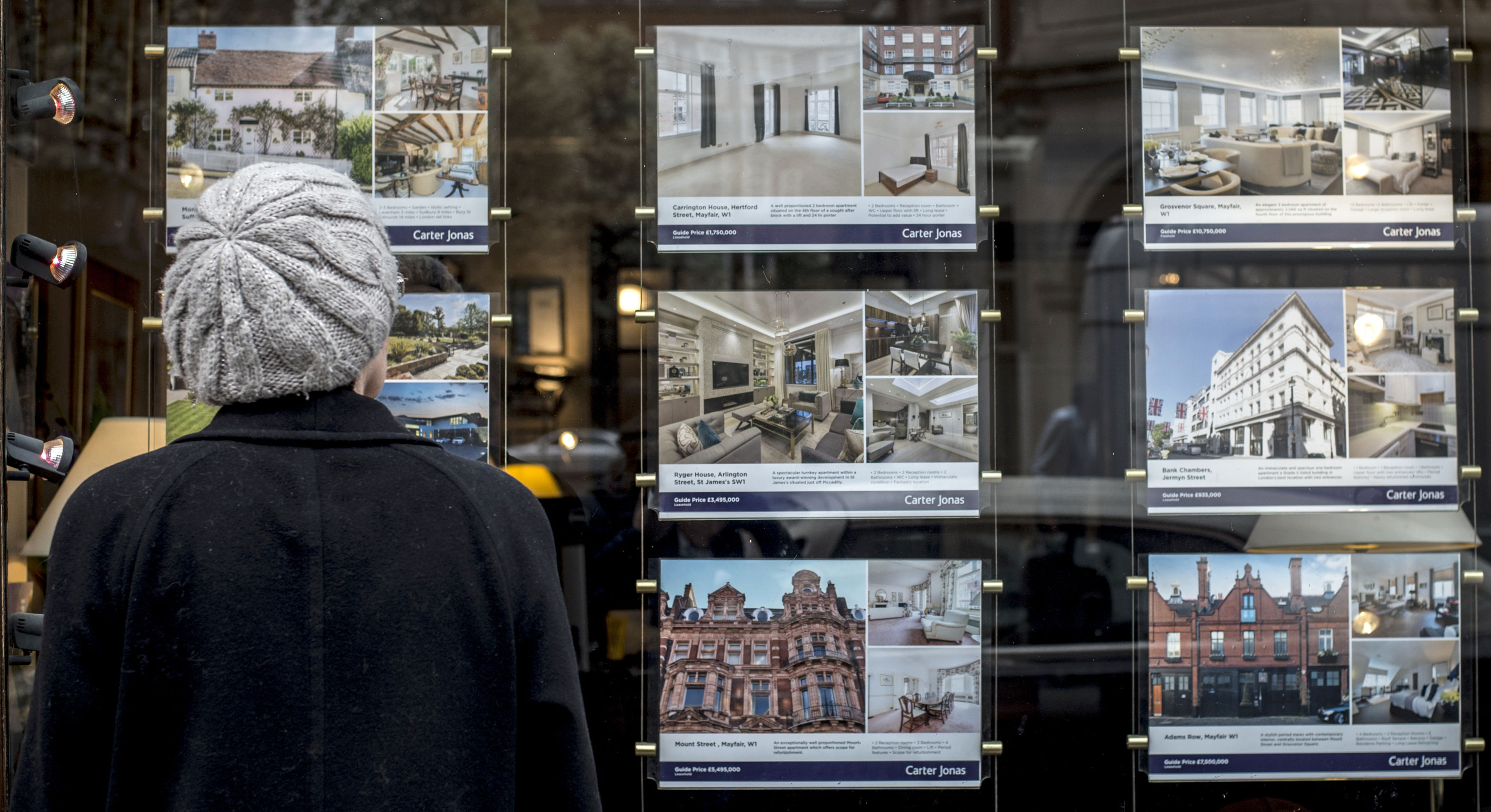 The research, from property website Zoopla, found the typical decision to buy a home when viewing it in person takes 27 minutes - around the same length of time as an episode of Coronation Street. (Lauren Hurley/PA Wire)