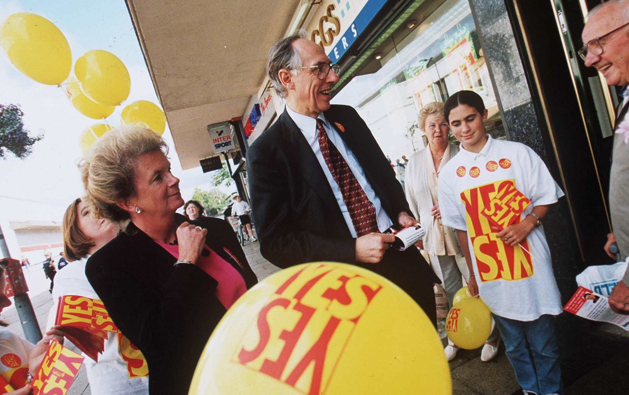 Donald Dewar campaigning for devolution, 1997 (SUTTON-HIBBERT/REX/Shutterstock)