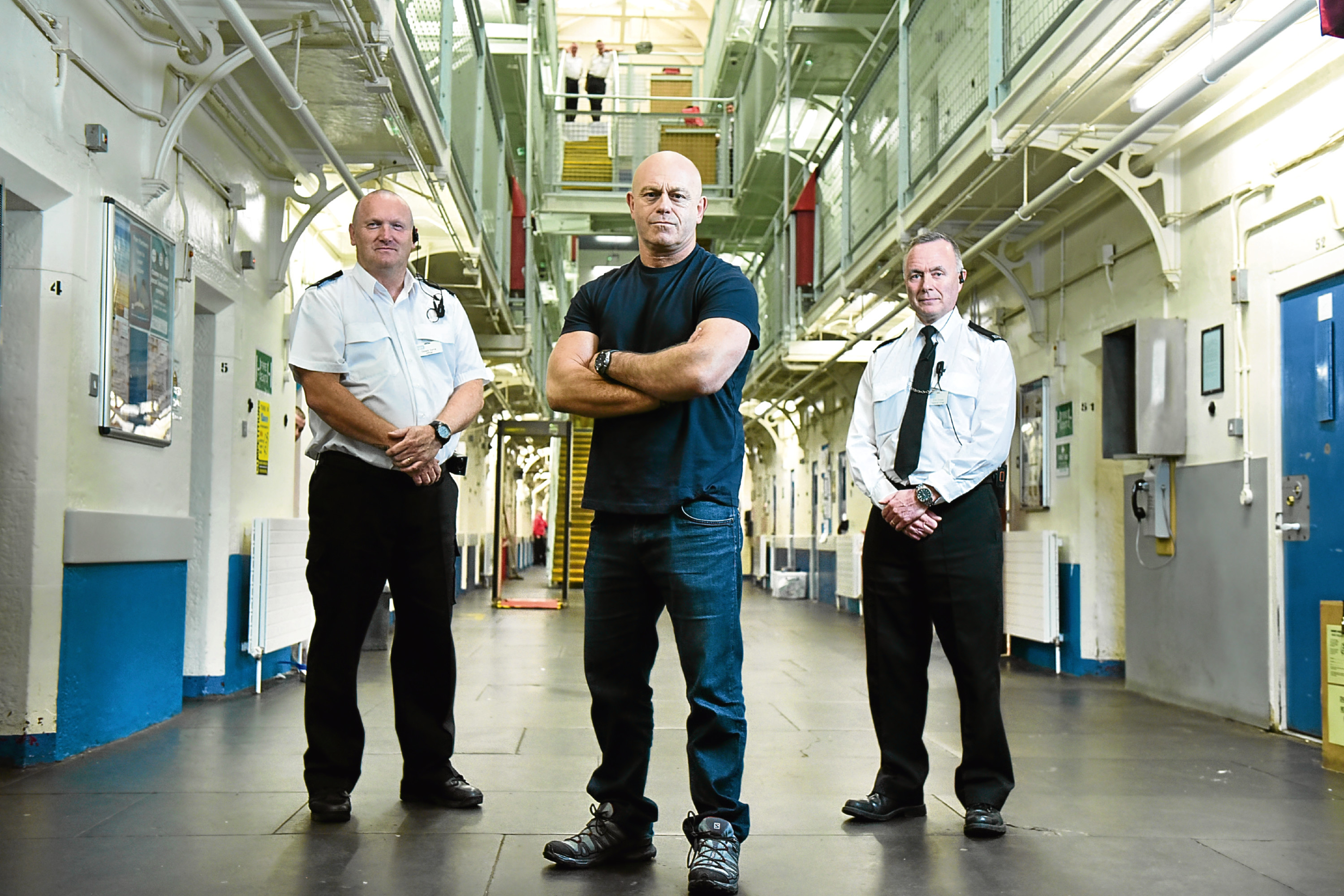 Ross Kemp (centre) flanked by two prison guards in Barlinnie Prison (ITV)