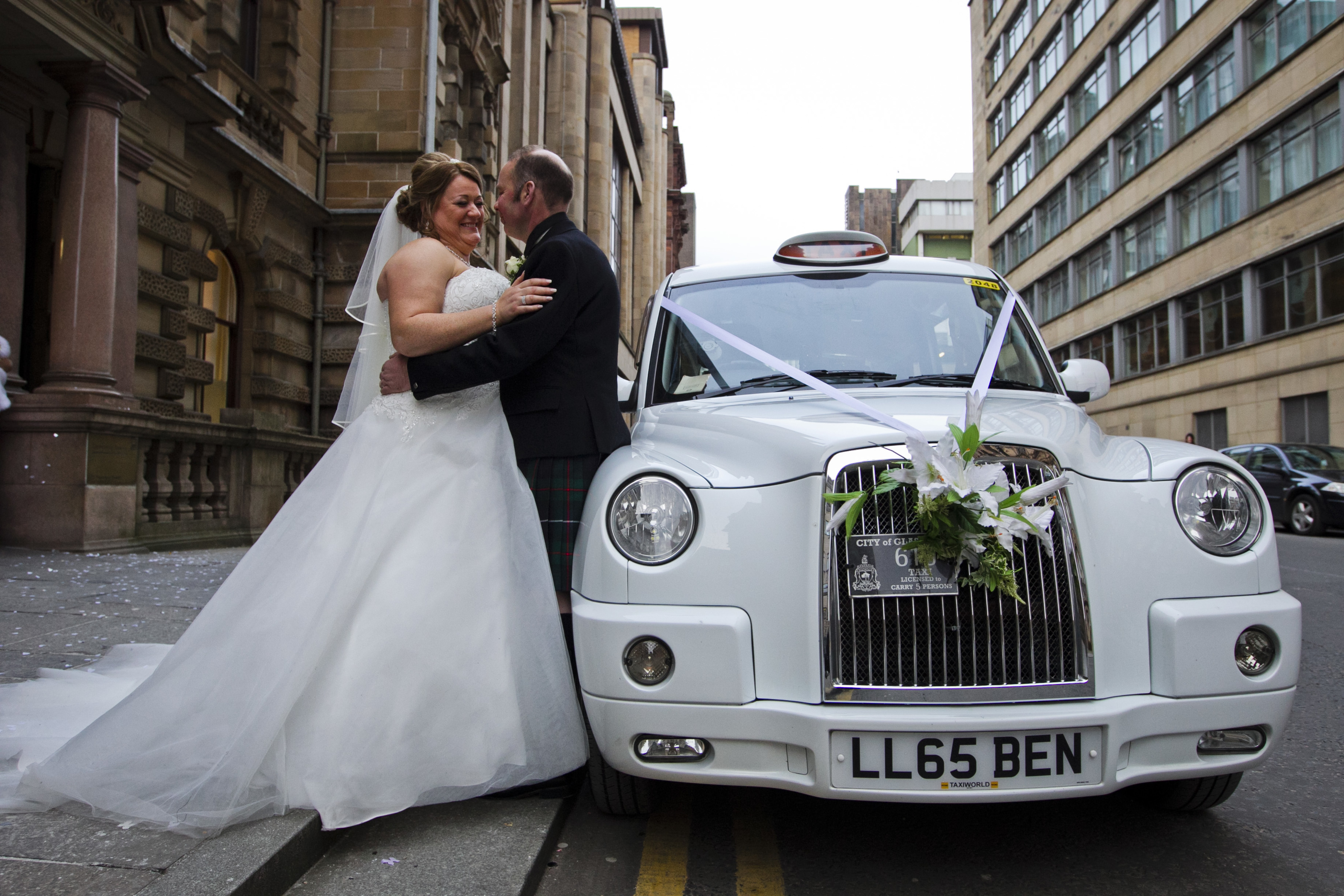 Tracy and Crawford Robertson marry at the registry office (Andrew Cawley / DC Thomson)