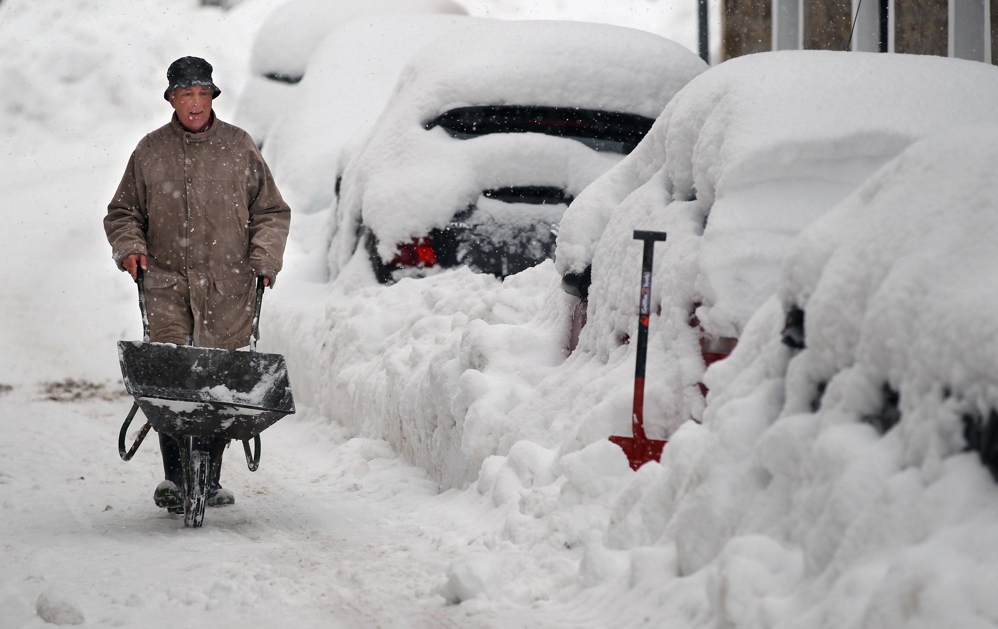 Clearing the snow in Dunning (Jeff J Mitchell/Getty Images)