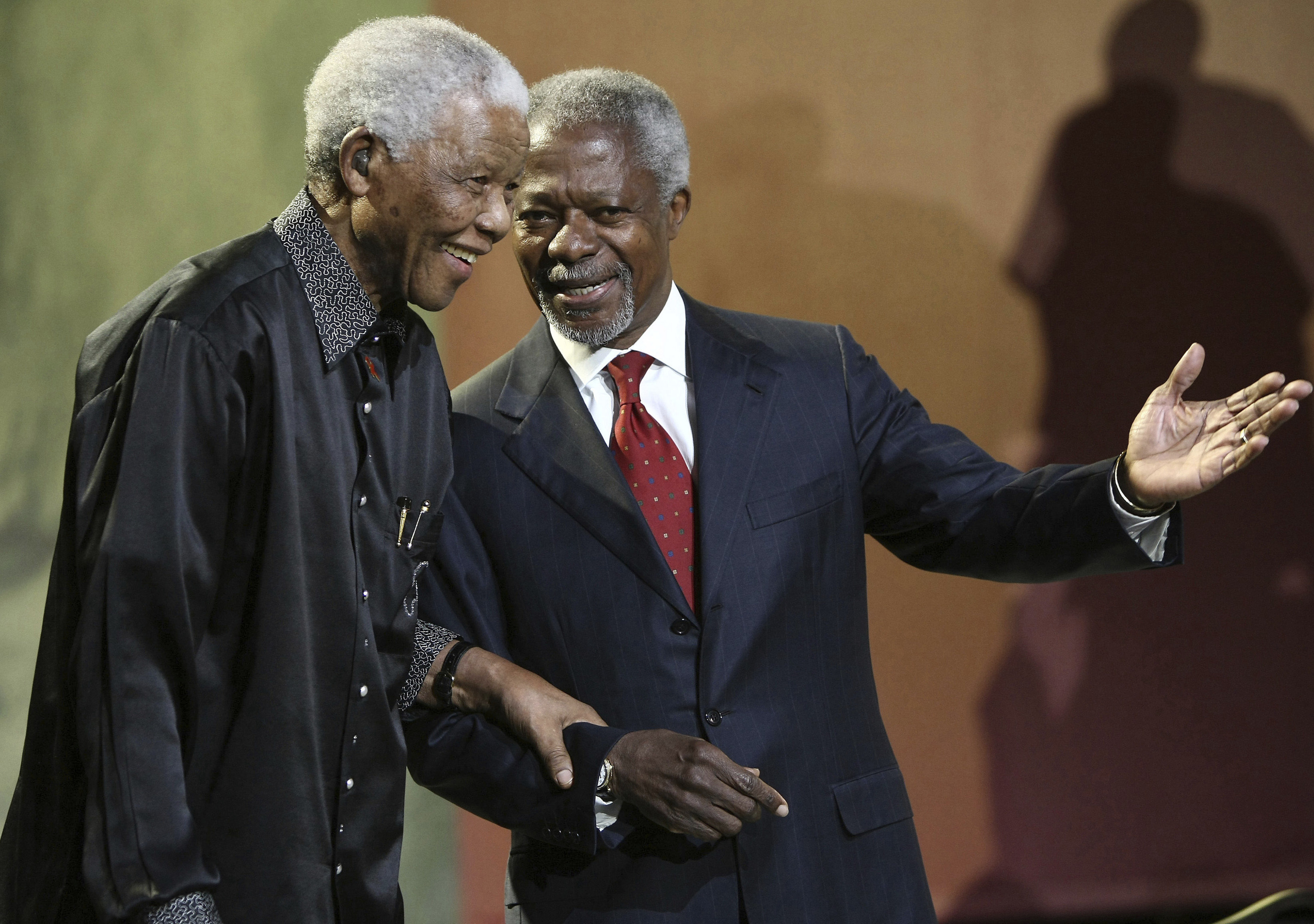 Nelson Mandela and former United Nations Secretary General Kofi Annan arrive together at the 5th Nelson Mandela Annual Lecture (AP Photo, File)