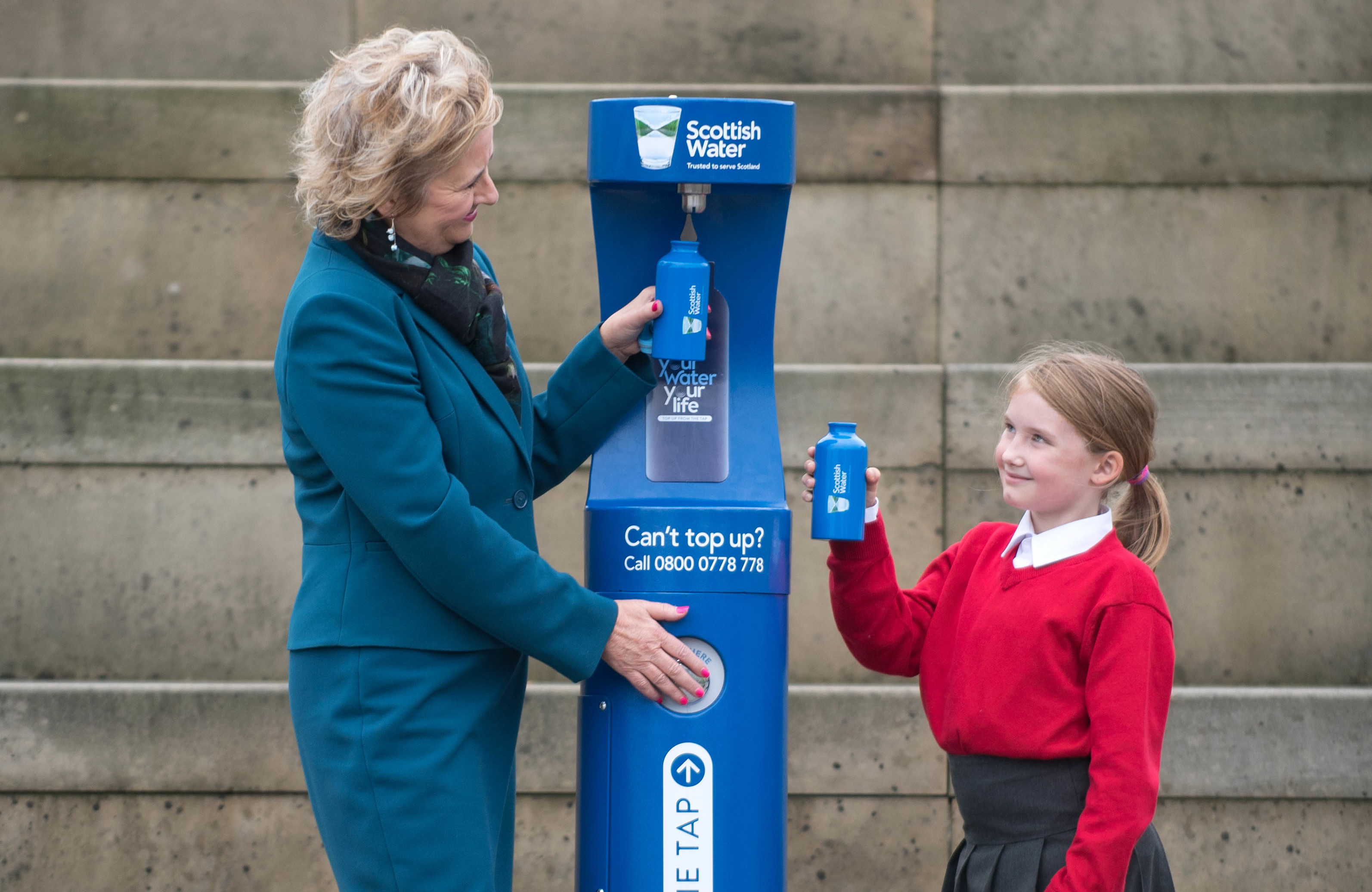 Environment Secretary Roseanna Cunningham and Royal Mile Primary School Pupil Nyah Boyd at the launch of Scottish Water top up taps (Gareth Easton Photography)