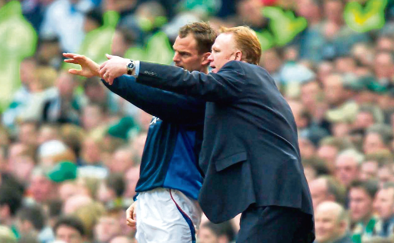 2004 - Rangers manager Alex Mcleish (right) gives instructions to Ronald de Boer (SNS Group)