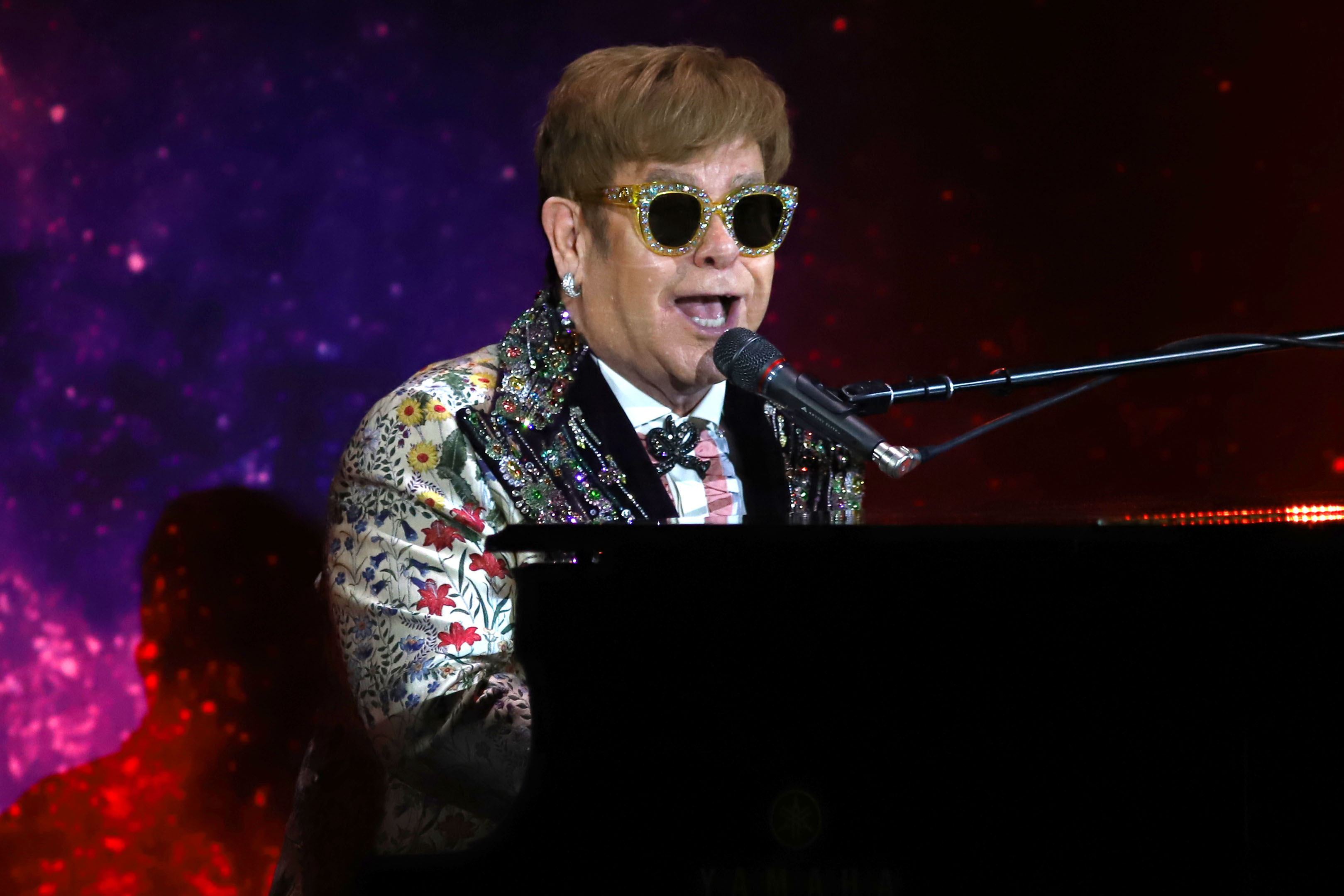 Elton John Christmas Song.Story Behind The Christmas Song Elton John S Step Into