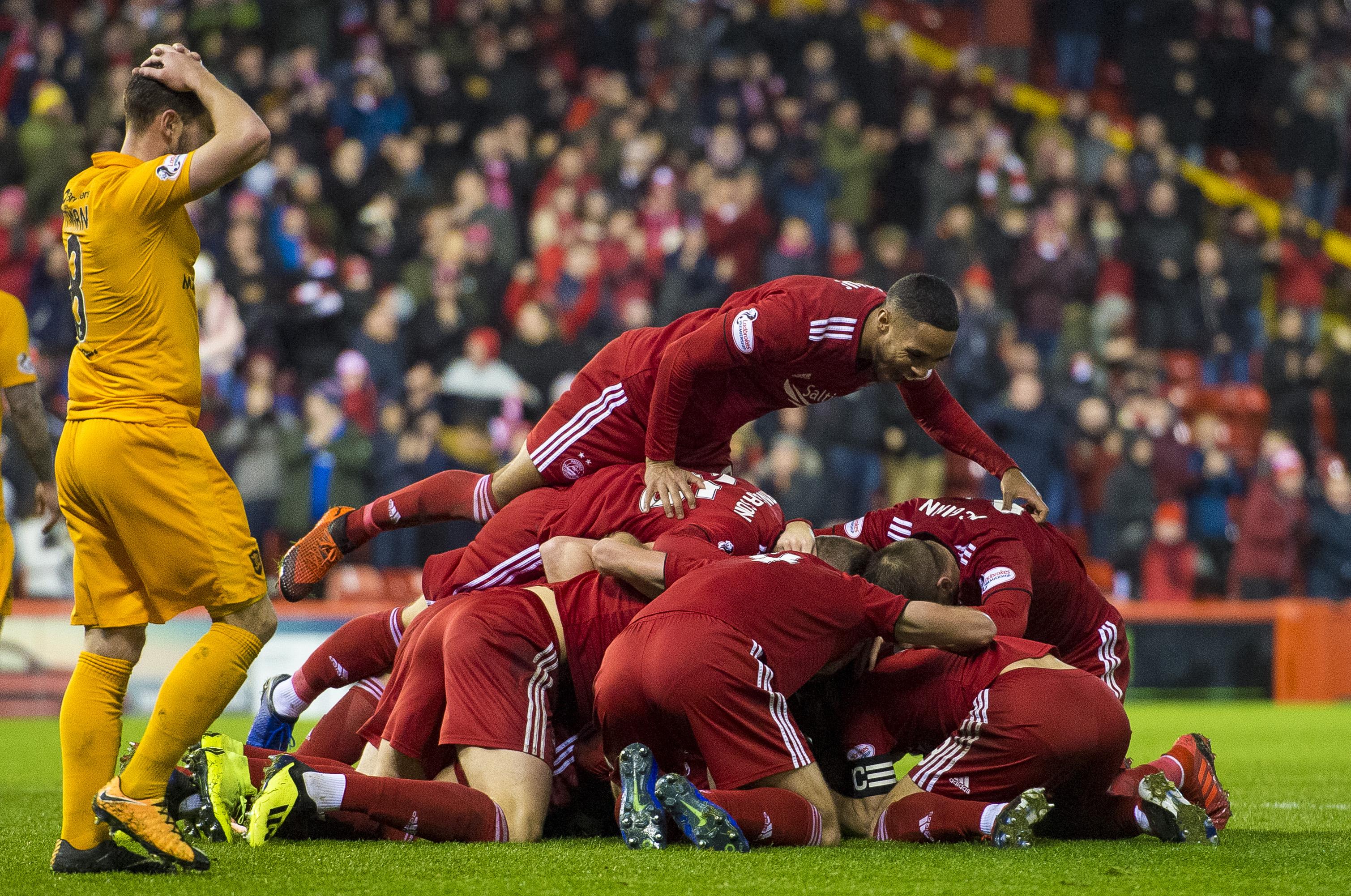 Aberdeen celebrate the late winner (SNS Group / Alan Harvey)