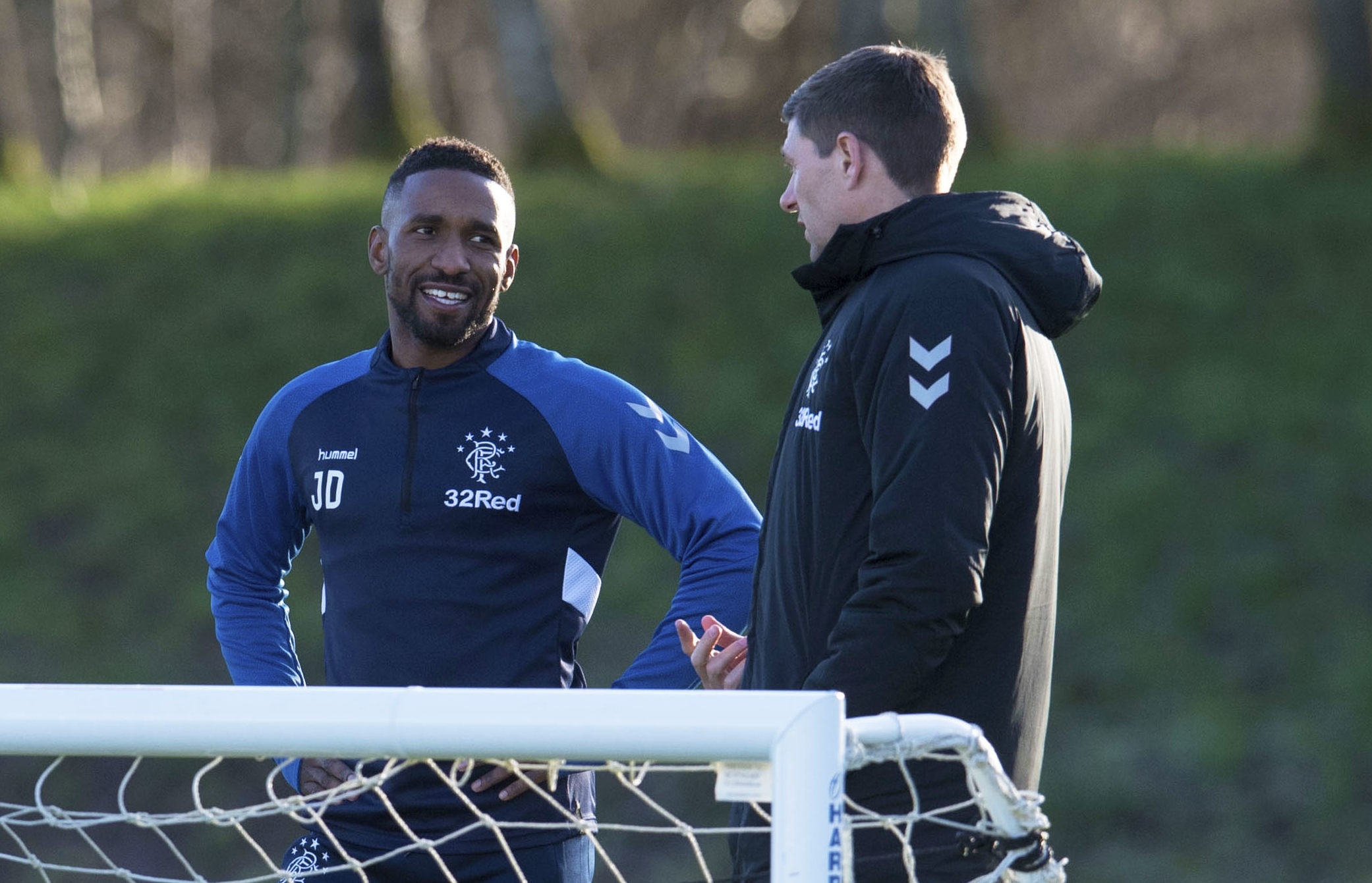 Rangers manager Steven Gerrard (R) in discussion with Jermain Defoe (SNS Group)
