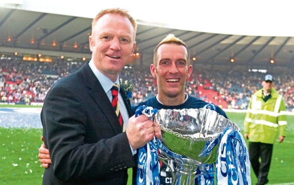 Rangers manager Alex McLeish (left) celebrates with skipper Fernando Ricksen after their CIS Cup win in 2005