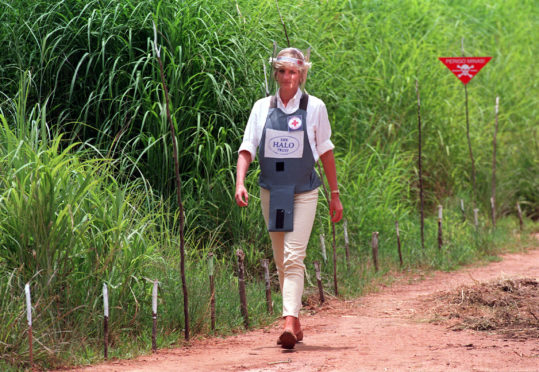 1997. Diana, Princess of Wales wearing a bombproof visor during her visit to a minefield in Huambo, in Angola